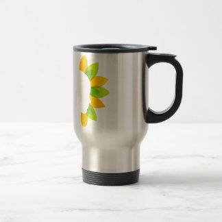 Mujer en las hojas del verde y del amarillo taza de viaje