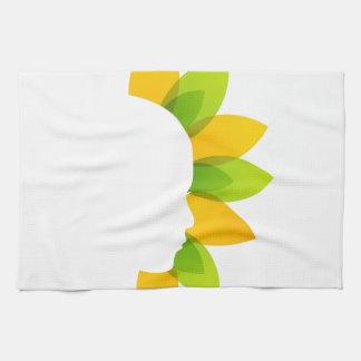 Mujer en las hojas del verde y del amarillo toallas