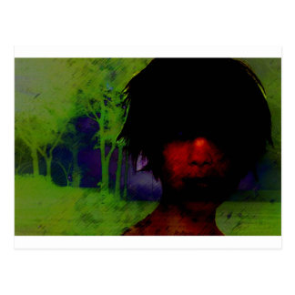 Mujer en las maderas oscuras postal
