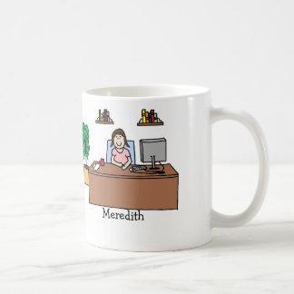 Mujer en oficina taza de café