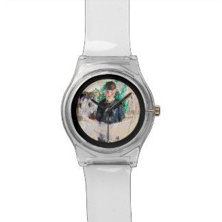 Mujer en papel negro de la lectura del vestido relojes de pulsera