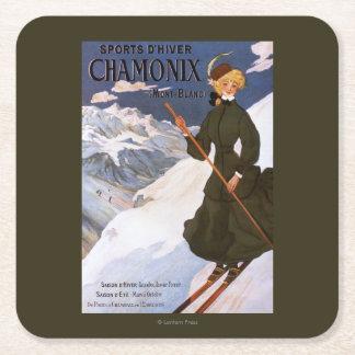 Mujer en poster verde del esquí posavasos de cartón cuadrado