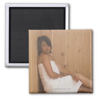 Mujer en sauna imán de nevera