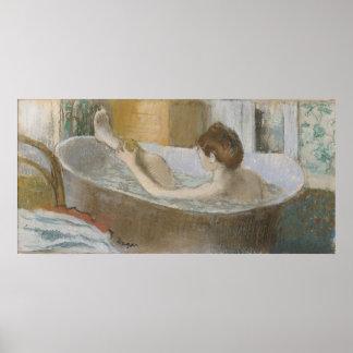 Mujer en su baño, limpiando su pierna con esponja, impresiones