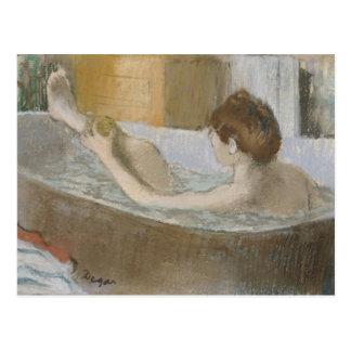 Mujer en su baño, limpiando su pierna con esponja, postales