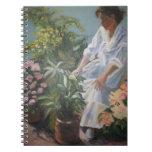 Mujer en su cuaderno espiral del jardín