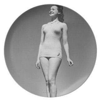 Mujer en traje de baño plato de cena