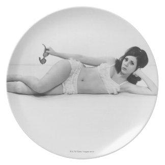 Mujer en traje de baño platos para fiestas