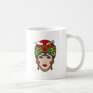 Mujer en turbante tazas de café