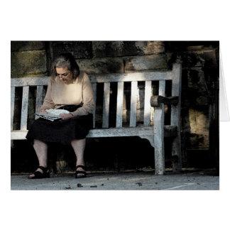 Mujer en un banco tarjeta pequeña