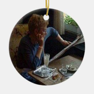 Mujer en un café vienés sq.jpg adorno de reyes