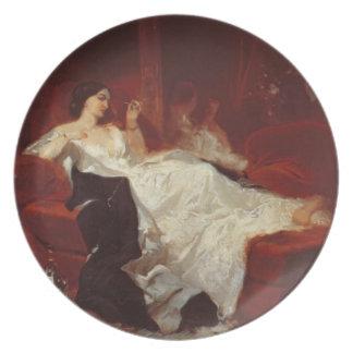 Mujer en un sofá rojo plato de cena