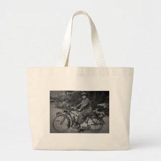 Mujer en un vintage temprano de los 1900s de la mo bolsas