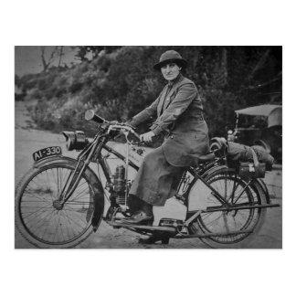 Mujer en un vintage temprano de los 1900s de la tarjeta postal