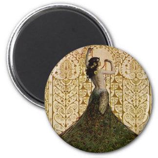 Mujer en una falda del pavo real imán redondo 5 cm