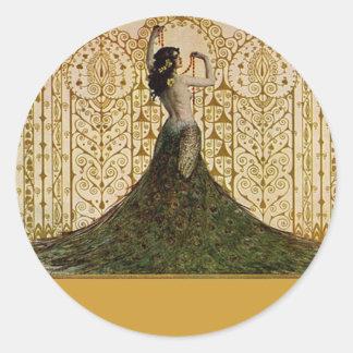 Mujer en una falda del pavo real pegatinas redondas