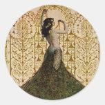 Mujer en una falda del pavo real pegatina redonda