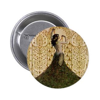 Mujer en una falda del pavo real pin redondo 5 cm