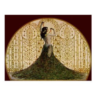 Mujer en una falda del pavo real postal