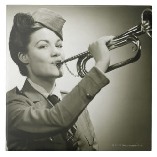 Mujer en uniforme del soldado azulejo cuadrado grande
