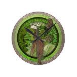 Mujer en verde - LAUREL Reloj De Pared