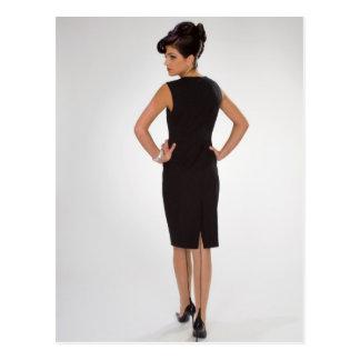 Mujer en vestido negro tarjeta postal