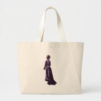 Mujer en vestido violeta clásico bolsa tela grande