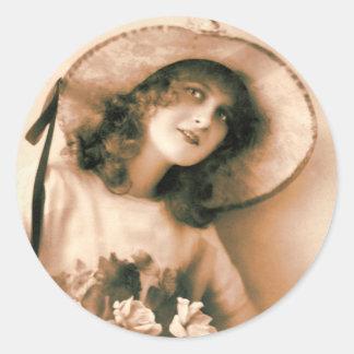 Mujer encantadora del vintage con el capo de pegatina redonda