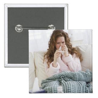 Mujer enferma en el sofá pin cuadrado