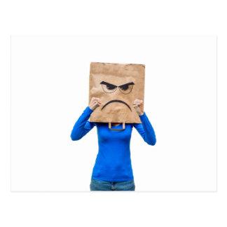 Mujer enojada que muestra los puños postales
