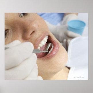 Mujer, envejecida 27, siendo examinado en dentista poster