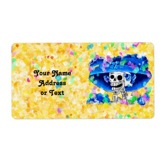 Mujer esquelética de risa en capo azul en amarillo etiquetas de envío