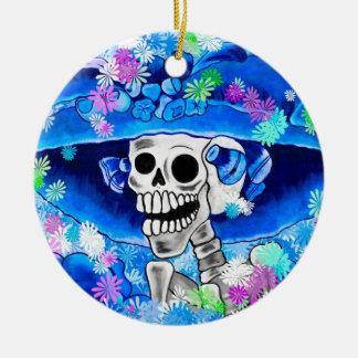 Mujer esquelética de risa en capo azul en azul adornos de navidad