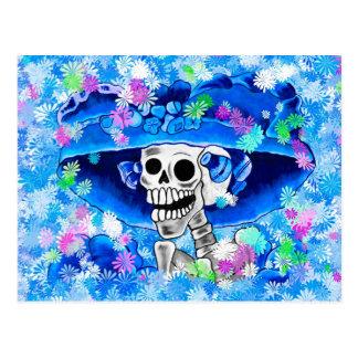 Mujer esquelética de risa en capo azul en azul postales