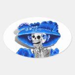 Mujer esquelética de risa en capo azul calcomania oval personalizadas