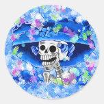 Mujer esquelética de risa en capo azul etiquetas redondas