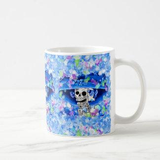 Mujer esquelética de risa en capo azul taza básica blanca