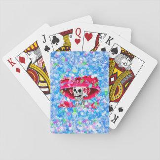 Mujer esquelética de risa en capo rojo cartas de póquer
