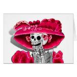 Mujer esquelética de risa en capo rojo tarjeta