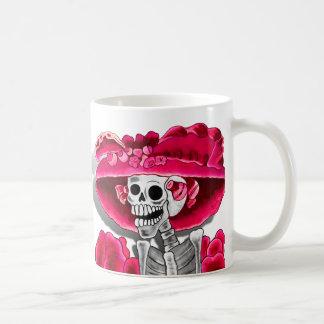 Mujer esquelética de risa en capo rojo taza básica blanca