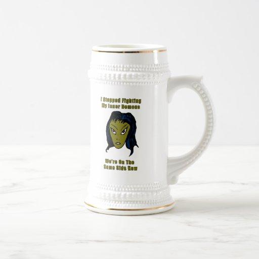 Mujer extranjera malvada verde el mismo lado ahora tazas de café