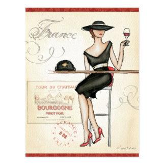 Mujer francesa que bebe el vino rojo postal
