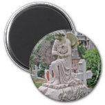 Mujer gótica de la lápida mortuoria que sostiene u imanes de nevera