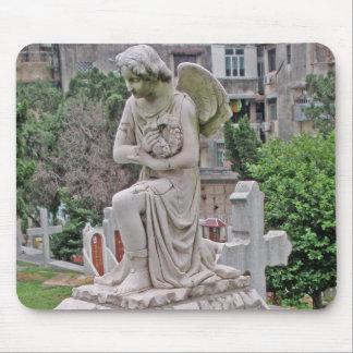 Mujer gótica de la lápida mortuoria que sostiene u mousepad