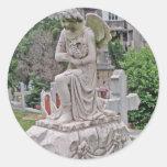Mujer gótica de la lápida mortuoria que sostiene u pegatinas redondas