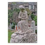 Mujer gótica de la lápida mortuoria que sostiene u tarjeta