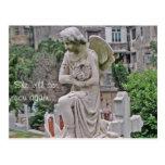 Mujer gótica de la lápida mortuoria que sostiene u postal