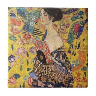 Mujer hermosa con la fan por Klimt Azulejo Cuadrado Pequeño