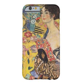 Mujer hermosa con la fan por Klimt Funda Para iPhone 6 Barely There