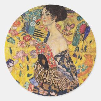 Mujer hermosa con la fan por Klimt Pegatina Redonda